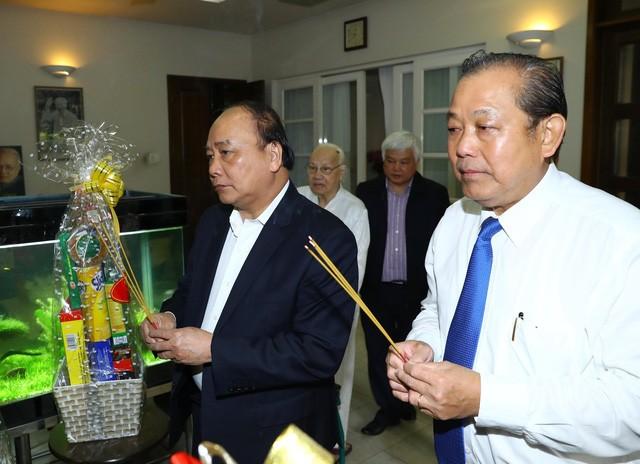 Руководители правительства СРВ зажгли благовония в память о Нгуен Ван Лине и Фам Ван Донге - ảnh 1