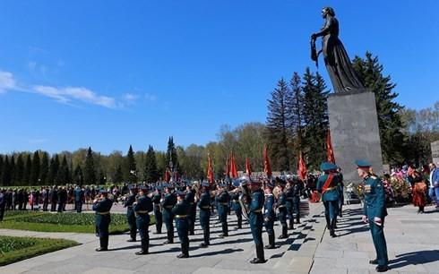 Жители России празднуют День Победы в Великой Отечественной войне - ảnh 1