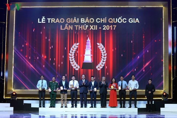 Состоялась 12-я церемония присвоения национальной журналистской премии 2017 года - ảnh 1