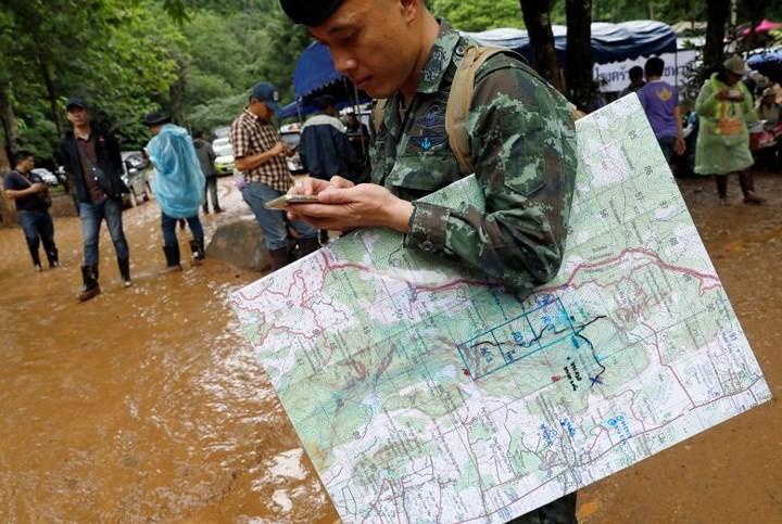 Ливни поставили под угрозу эвакуацию школьников из пещеры в Таиланде - ảnh 1