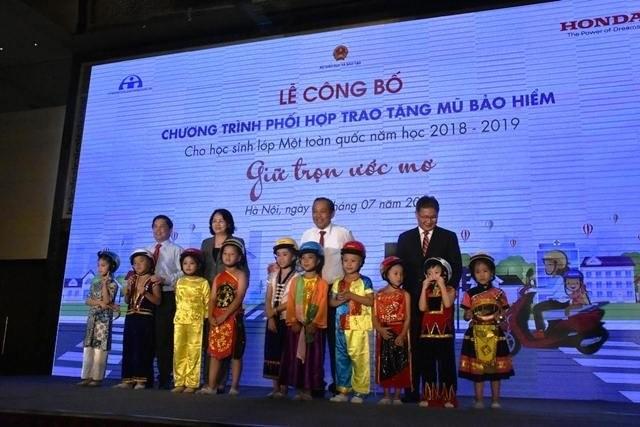 Во Вьетнаме около 2 млн первоклассников бесплатно получат мотоциклетные шлемы  - ảnh 1