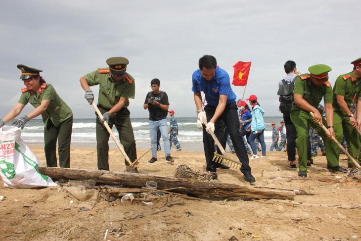 Более 300 молодых человек приняли участие в кампании «Очистим море» 2018 года - ảnh 1