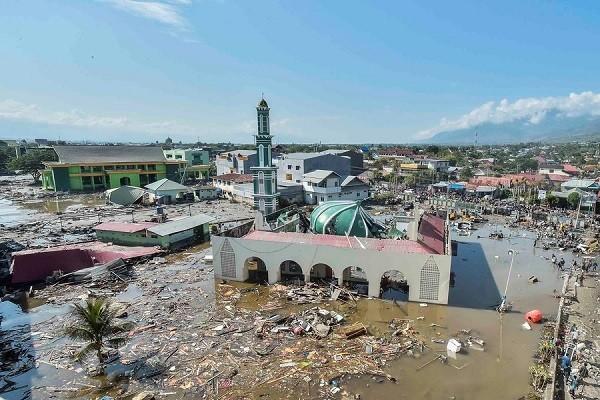Цунами разрушило индонезийский прибрежный город  - ảnh 1