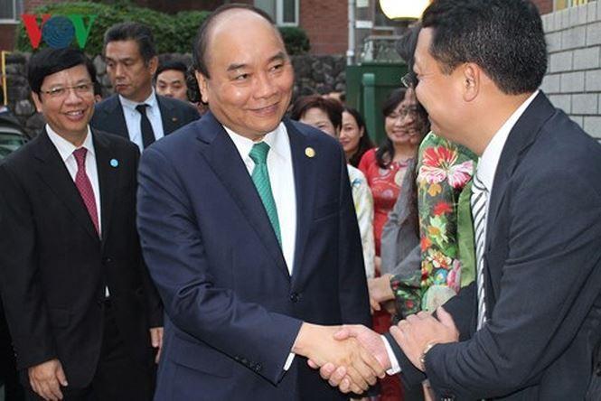 Нгуен Суан Фук посетил посольство Вьетнама в Японии - ảnh 1