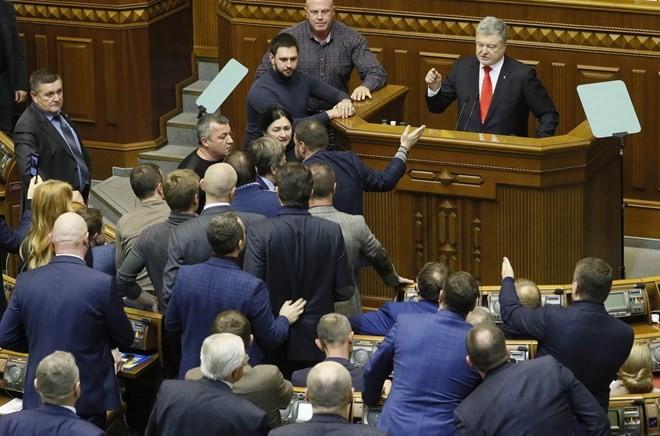 Верховная Рада проголосовала за введение военного положения - ảnh 1