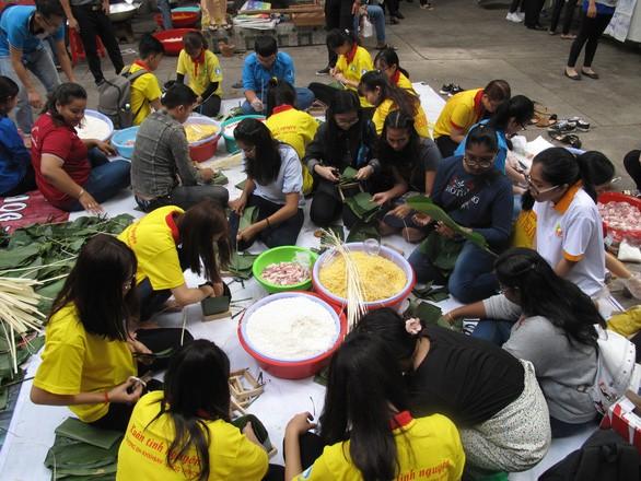 Знакомство иностранных студентов с вьетнамским традиционным вьетнамским праздником - ảnh 1
