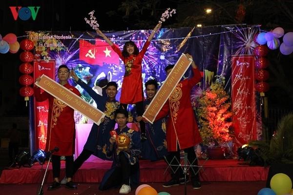 นักศึกษาเวียดนามในกัมพูชาฉลองตรุษเต๊ตปีกุนอย่างคึกคัก - ảnh 1
