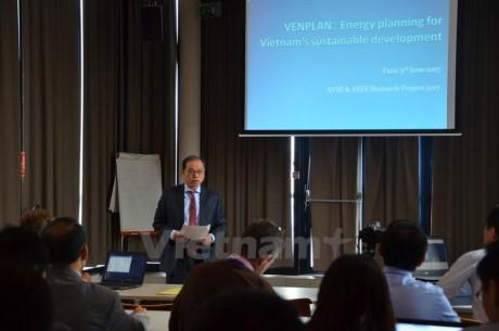 Lokakarya tentang tantangan-tantangan terhadap kebijakan energi Vietnam diadakan di Perancis - ảnh 1