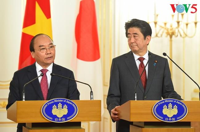 PM Vietnam, Nguyen Xuan Phuc dan PM Jepang, Shinzo Abe bersama-sama memimpin jumpa pers - ảnh 1