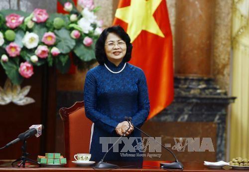 Wapres Dang Thi Ngoc Thinh menerima delegasi anggota MN Provinsi Vinh Long dari berbagai masa bakti - ảnh 1