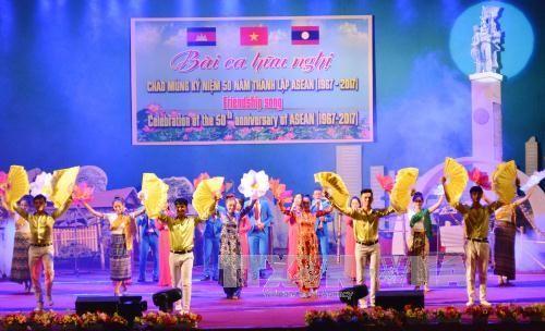 Mempererat solidaritas antara provinsi-provinsi perbatasan Vietnam-Laos-Kamboja - ảnh 1