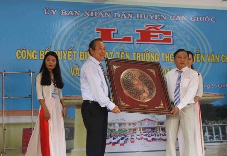 Deputi PM  Vietnam, Truong Hoa Binh menghadiri upacara meresmikan nama Sekolah Menengah Pertama Nguyen Van Chinh di Provinsi Long An - ảnh 1