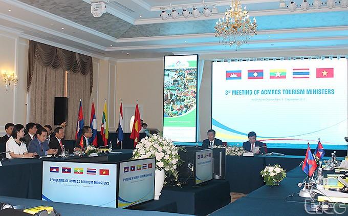 Vietnam bersama-sama dengan  berbagai negara yang lain memperkuat kerjasama mendorong pariwisata - ảnh 1
