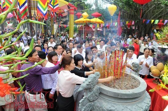 Festival Musim Gugur Con Son-Kiep Bac: puluhan ribu warga menghadiri upacara memohon ketenteraman dan festival lampu bunga - ảnh 1
