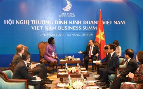 PM Vietnam, Nguyen Xuan Phuc secara terpisah menerima Wakil Presiden WB urusan kawasan Asia Timur-Pasifik dan Direktur Pelaksana WEF - ảnh 1
