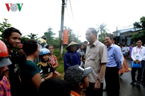 Presiden Vietnam, Tran Dai Quang memeriksa pekerjaan mengatasi akibat banjir di Kota Da Nang - ảnh 1
