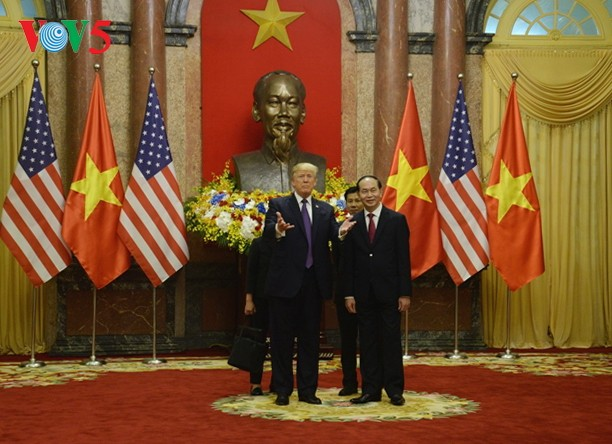 Presiden Vietnam, Tran Dai Quang mengadakan resepsi kenegaraan menyambut Presiden AS, Donald Trump - ảnh 1