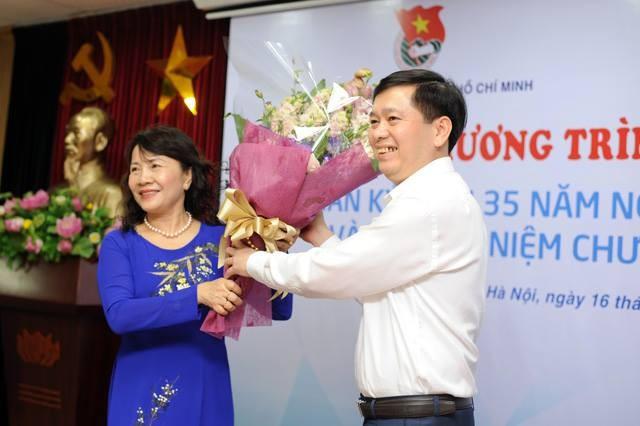 """Upacara pemberian lencang peringatan """"Demi generasi muda"""" kepada 14 pejabat di Kementerian Pendidikan dan Pelatihan Vietnam - ảnh 1"""
