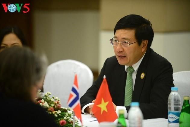 Deputi PM, Menlu Vietnam, Pham Binh Minh melakukan pertemuan dengan Menlu Norwegia dan Irlandia - ảnh 1