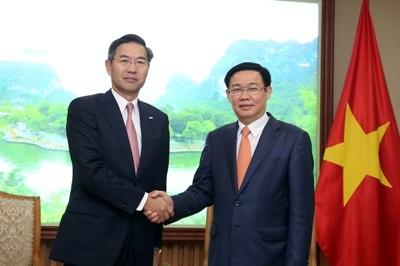 Deputi PM Vietnam, Vuong Dinh Hue, secara terpisah menerima Presiden Sumitomo Mitsui dan Presiden urusan hubungan Pemerintah dan Hukum Perusahaan Asuransi Prudential - ảnh 1
