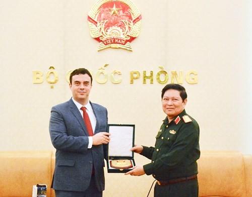 Jenderal Ngo Xuan Lich menerima Dubes Luar Biasa dan Berkuasa Penuh Negara Israel di Vietnam - ảnh 1