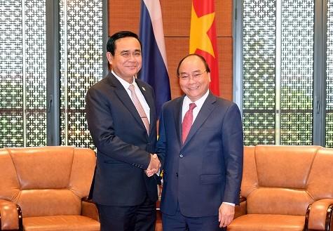 PM Vietnam, Nguyen Xuan Phuc menerima PM Thailand di sela-sela GMS-6 - ảnh 1