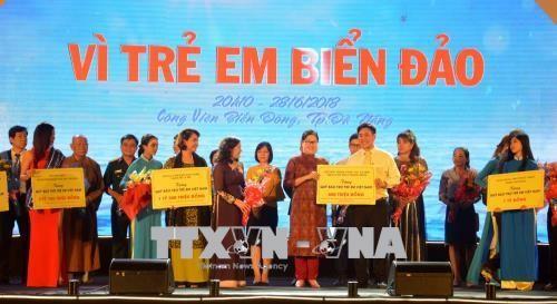 "Wapres Dang Thi Ngoc Thinh menghadiri Program kesenian ""Demi anak-anak di daerah laut dan pulau"" - ảnh 1"