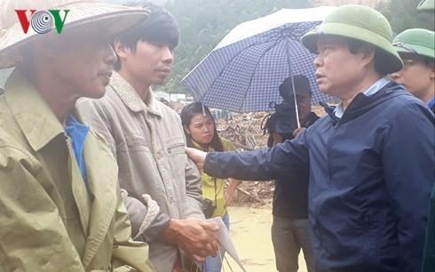 Wakil Ketua MN Vietnam, Phung Quoc Hien memeriksa pekerjaan mengatasi akibat hujan dan banjir di Provinsi Lai Chau - ảnh 1
