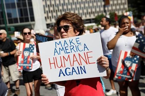 AS: Ratusan ribu orang melakukan demonstransi untuk memprotes kebijakan migran - ảnh 1