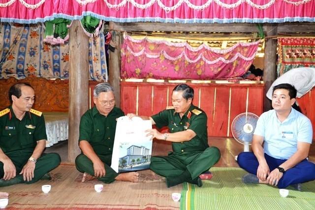 Wakil Ketua MN Vietnam, Do Ba Ty menyapa dan memberikan bingkisan kepada warga daerah banjir di Kabupaten Van Ban, Provinis Lao Cai - ảnh 1