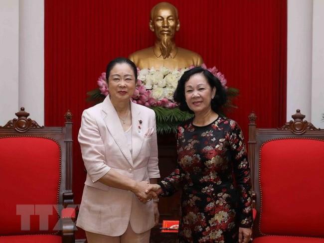 Kepala Departemen Penggerakan Massa Rakyat KS PKV, Truong Thi Mai menerima delegasi legislator wanina  dari Partai Liberal Demokrat Jepang - ảnh 1