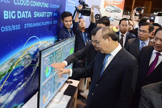 PM Vietnam, Nguyen Xuan Phuc melakukan temu kerja  dengan para utusan peserta Forum Tingkat Tinggi 4.0 - ảnh 1