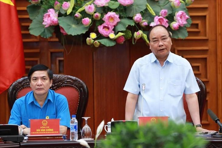 PM Vietnam, Nguyen Xuan Phuc melakukan temu kerja dengan Konfederasi Serikat Pekerja Vietnam - ảnh 1