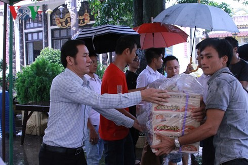 Orang Vietnam di Laos terus memberikan bantuan uang kepada warga Provinsi Attapeu - ảnh 1