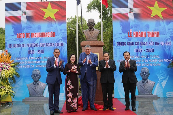 Upacara peresmian patung monumen  Profesor Juan Bosch-Presiden yang pertama Republik Dominikana di Kota Ha Noi - ảnh 1
