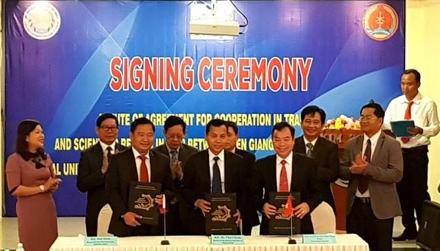 Provinsi Kien Giang, Vietnam memberikan 80 beasiswa kepada para mahasiswa Kamboja - ảnh 1