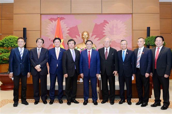 Ketua Kelompok Legislator Persahabatan Vietnam-Jepang, Pham Minh Chinh menerima Menteri urusan kebijakan laut, Kantor Kabinet Jepang - ảnh 1