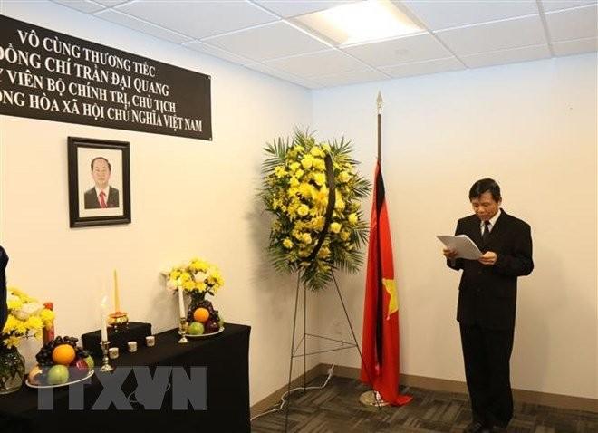 Perwakilan Tetap Vietnam di PBB dan banyak kantor perwakilan Vietnam di luar negeri  membuka buku perkabungan dan mengadakan upacara melayat Presiden Tran Dai Quang - ảnh 1