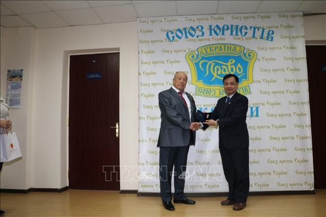Dubes Vietnam di Ukraina mendapat Lencana Negara Hukum dan Keadilan - ảnh 1