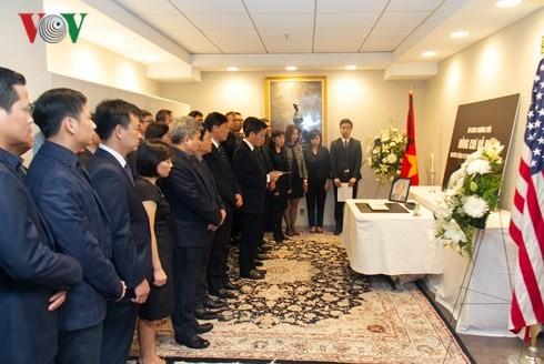 Upacara berziarah dan membuka buku perkabungan untuk Mantan Sekjen KS PKV Do Muoi di Kantor-Kantor Perwakilan Vietnam di luar negeri - ảnh 1