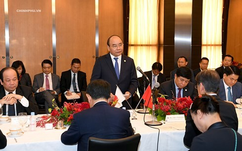 PM Vietnam, Nguyen Xuan Phuc menghadiri simposium dengan badan-badan usaha di bidang infrastruktur dan keuangan Jepang - ảnh 1
