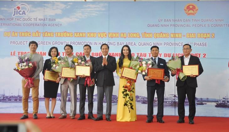 """Provinsi Quang Ninh: Ada lagi lebih dari 34 kapal pesiar di Teluk Ha Long yang mendapat pengakuan dan logo : """"Layar hijau"""" - ảnh 1"""