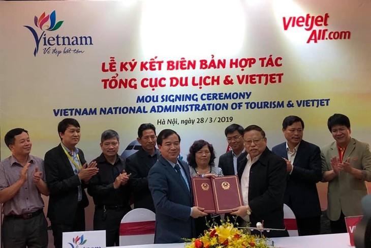 Menandatangani Notulen tentang promosi dan sosialisasi pariwisata antara Direktorat Jenderal Pariwisata Vietnam dengan Vietjet Air - ảnh 1