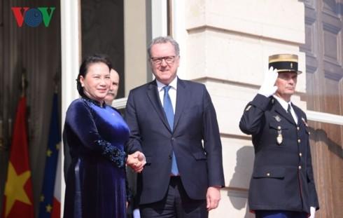 Ketua Majelis Rendah Perancis menyambut dan melakukan pembicaraan dengan Ketua MN Vietnam, Ibu Nguyen Thi Kim Ngan - ảnh 1