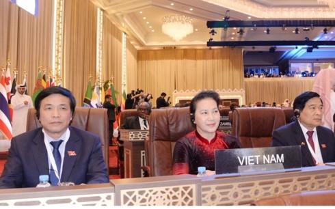 Ketua MN Vietnam, Ibu Nguyen Thi Kim Ngan tiba di Qatar, menghadiri Upacara pembukaan IPU-140 - ảnh 1