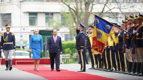 PM Rumania, Viorica Dancila memimpin acara penyambutan kepada PM Vietnam,Nguyen Xuan Phuc - ảnh 1