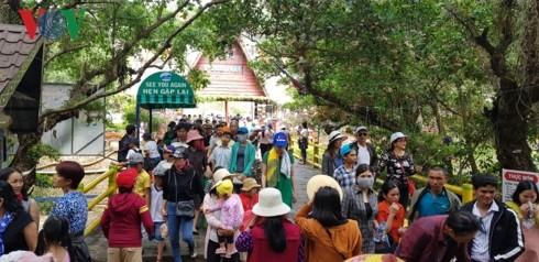 Kuil menyembah Au Lac, Kota Da Lat menyarap kedatangan banyak wisatawan pada Hari Haul Cikal Bakal Bangsa Raja Hung - ảnh 1