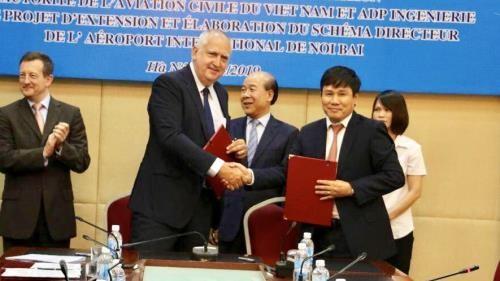 Direktorat Penerbangan Vietnam bersama dengan ADPi (Perancis) tentang  menandatangani MOU penelitian kapasitas bandara Noi Bai - ảnh 1