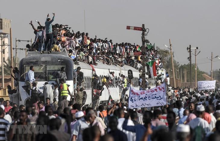 Sudan: Faksi oposisi akan menerima usulan untuk bertemu Dewan Militer - ảnh 1