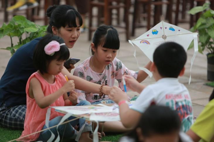 """Aktivitas-aktivitas musim panas """"Calon ujian cilik: Mamasang sayap pada  impian"""" di Danau Van – Van Mieu Quoc Tu Giam - ảnh 3"""